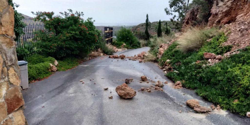 stenen op de weg op punta pelusa