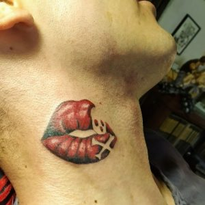 kus lippen tattoo in nek by Pelusa tattoo crevillente